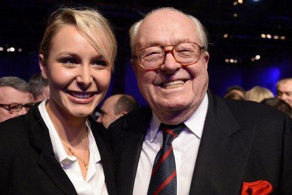 Marion Maréchal-Le Pen et son grand-père en meeting en novembre 2013