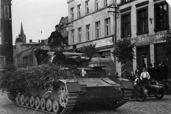 Un Panzer allemand dans une ville polonaise en septembre 1939.