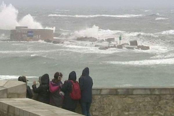 Au Théâtre de la Mer, à Sète, les spectateurs ont pu observer de près la tempête.