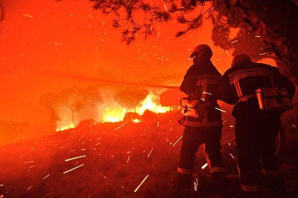 Les pompiers luttent toujours et ont lutté toute la nuit contre ce terrible incendie.