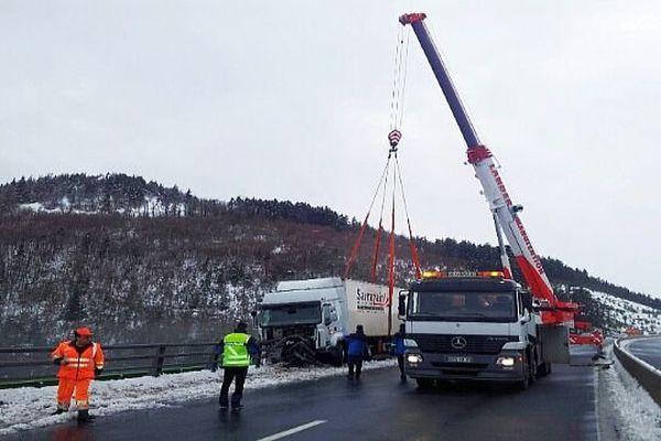 A.75 - l'autoroute bloquée dans le sens sud-nord entre Le Monastier et Antrenas, en Lozère, pour évacuer le camion accidenté - 29 janvier 2014.