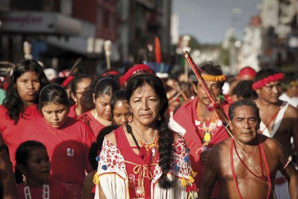 Journée des peuples autochtones de Guyane, Cayenne. Au premier plan, Cécile Kouyouri , première femme chamane et cheffe coutumière du village de Bellevue, Guyane.