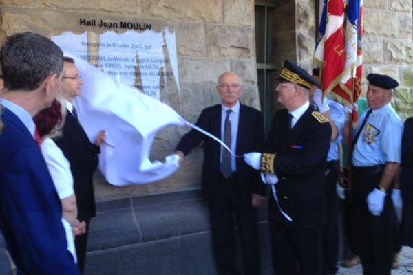 Nacer Meddah, Préfet de la région Lorraine, Dominique Gros, maire de Metz et Alain Autruffe, directeur régional de la SNCF dévoilent la plaque commémorative