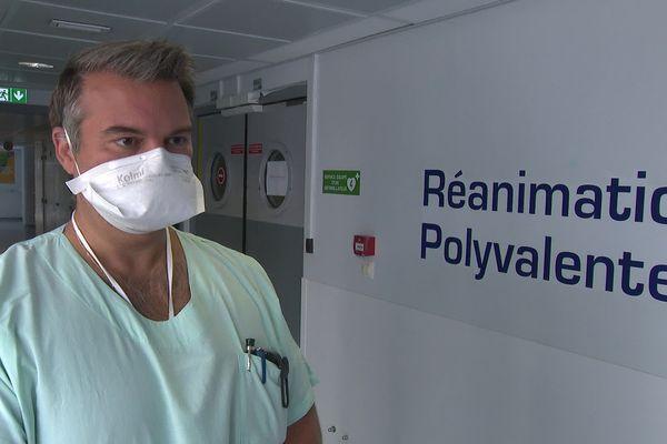 Face à l'explosion des cas de Covid dans les Pyrénées-Orientales, le docteur Olivier Barbot, médecin chef du service réanimation du centre hospitalier de Perpignan, recommande une fois de plus aux gens d'aller se faire vacciner. Août 2021.