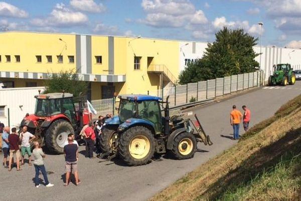 Vers 15h, les premiers tracteurs arrivent devant le site Lactalis de Cesson-Sévigné (35)