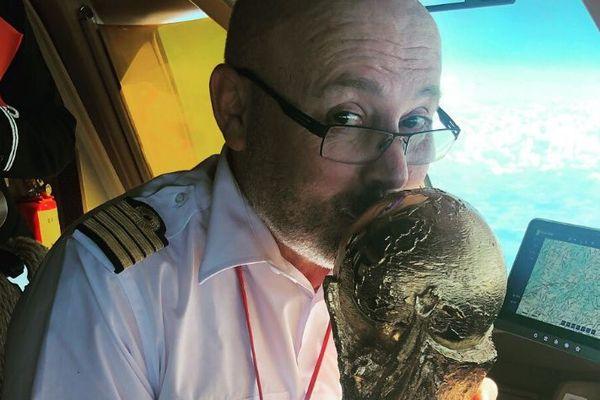 Le pilote d'Air France, Guilhem Perrichet, embrassant la Coupe du Monde, à bord du Boeing 777 qui a ramené les Bleus lundi 16 juillet.