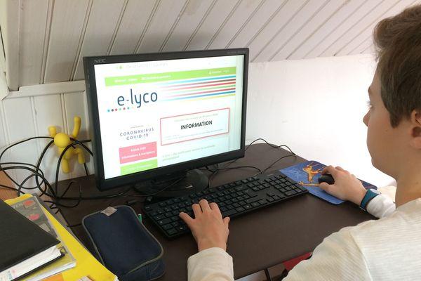 Paul élève de 5e à Nantes face à la page d'accueil de son Espace Numérique de Travail (ENT)