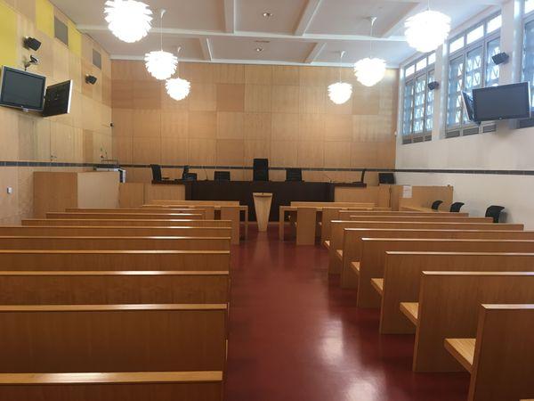 La salle d'audience du Palais de Justice ne pouvait pas accueillir les 33 accusés, leurs avocats, interprètes et le public.