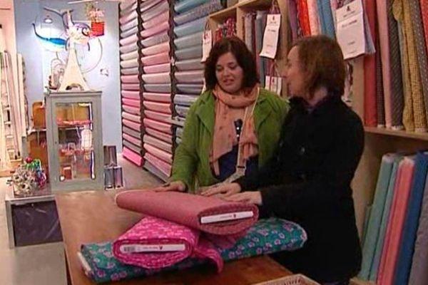 Céline et Laëtitia choisissent à Paris les tissus pour leur création.