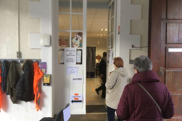 Dans un bureau de vote de l'école Damien Allard de Poitiers, le 8 mars 2020, lors du premier tour des élections municipales 2020. Ce bureau est désormais transféré aux salons de Blossac.