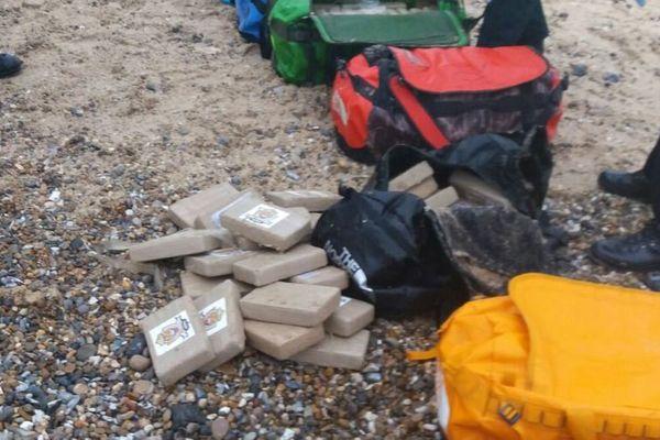 Des sachets de cocaïne retrouvés sur la plage d'Hopton sur la côte est de l'Angleterre