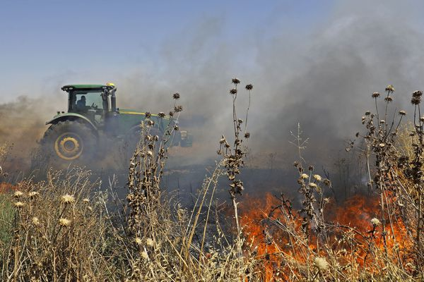 Un tracteur dans un champ en feu, en Israël - Photo d'illustration