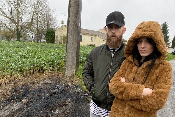 La fille de la victime et son compagnon sur les lieux du drame