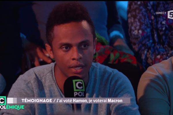 Invité à débattre sur le plateau de l'émission C Politique sur France 5, dimanche 30 avril, un jeune militant de gauche de Clermont-Ferrand a souhaité exprimer « toute la colère » que lui inspire le Front National. Un coup de gueule qui fait le buzz.