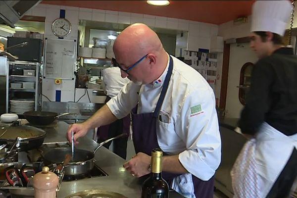 Le chef Pascal Borrel cuisine de la lotte au Banyuls