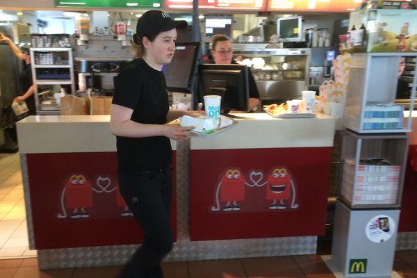 Emma travaille dans un fast-food de Saint-Junien depuis 5 mois