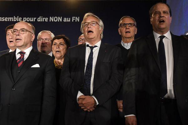 Plusieurs personnalités du PS, dont le Premier ministre Bernard Cazeneuve et le maire de Dijon François Rebsamen, ont participé à un meeting de soutien à Emmanuel Macron, à Dijon, mardi 2 mai 2017.