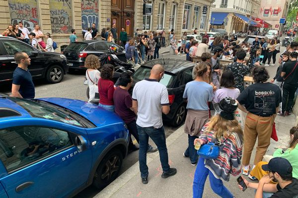 Devant le Hez Bënnie dans le 1er arrondissement de Lyon, le public a profité d'un mini-concert, dans le respect du protocole sanitaire