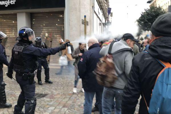 Alors que la manifestation se déroulait dans le calme, quelques tensions ont éclaté entre manifestants et policiers.