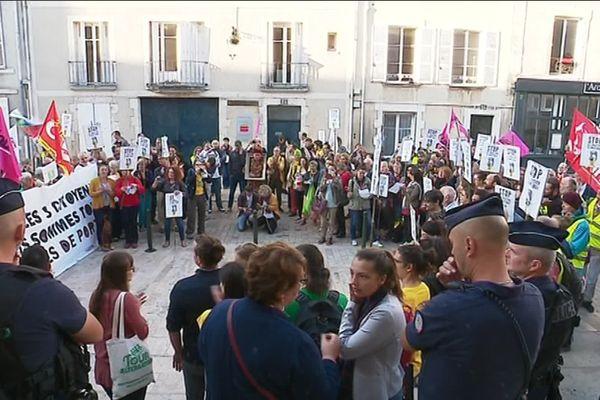 Les trois militants étaient accompagnés par une petite foule enthousiaste devant les marches du tribunal d'Orléans.
