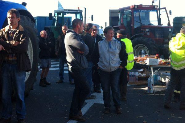 Les agriculteurs bloquent l'accès à la Base-Travaux LGV de Nouâtre (Indre-et-Loire)
