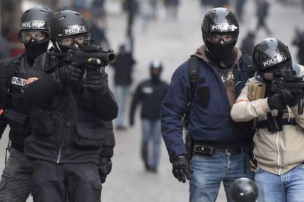 Des policiers utilisent des LBD lors d\'une manifestation à Nantes (Loire-Atlantique), le 26 janvier 2019.
