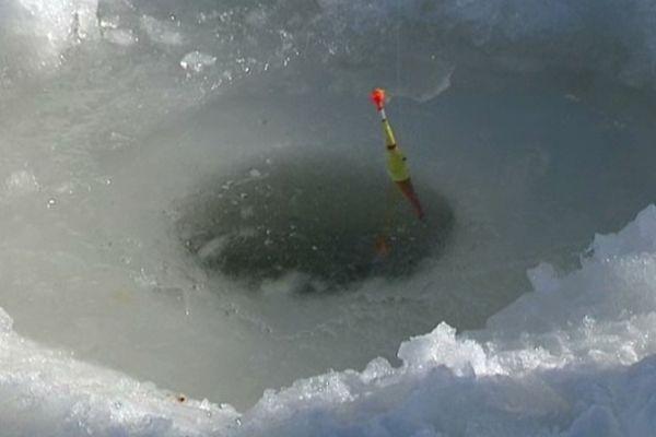 Le Lac de Guéry, dans le Puy-de-Dôme, est le seul plan d'eau qui permet la pêche sous la glace en France. Cette année, la couche de glace a atteint 40 à 50 cm d'épaisseur par endroit.