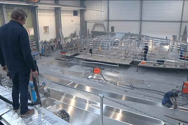 Jean-François observe l'avancée de la construction d'un des bateaux qu'il a imaginé