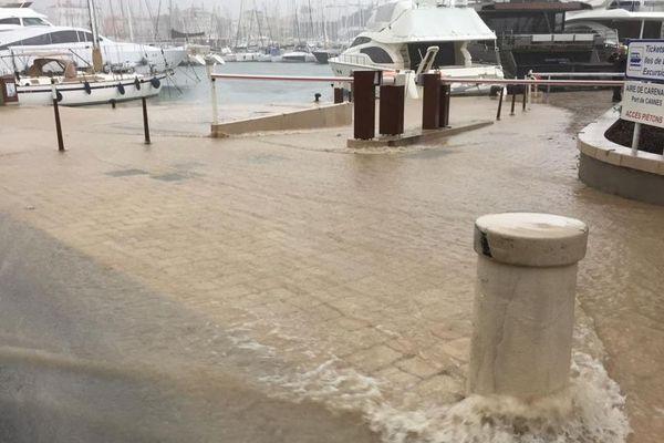 Près du port de Cannes, la pluie s'intensifie ce vendredi.