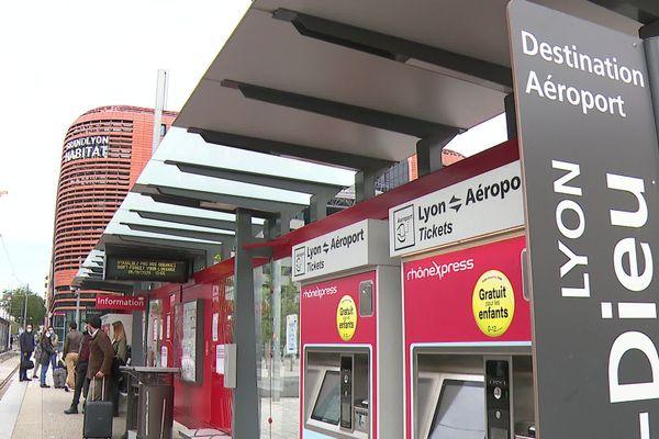 Les navettes du Rhônexpress assurent de nouveau la liaison entre la gare de la Part-Dieu et l'aéroport de Lyon Saint-Exupéry depuis le 4 novembre 2020. La fréquentation n'a pas tant chuté avec le nouveau confinement.