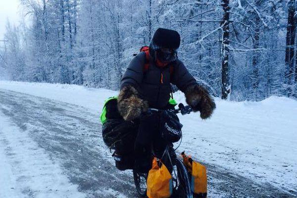 Yves Chaloin, sur son vélo, au milieu de la Sibérie.