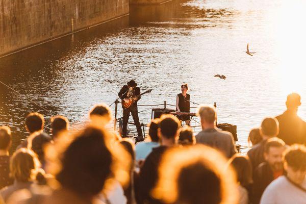 I'm from Rennes, le festival qui met à l'honneur le vivier musical de la capitale bretonne. Ici, Barbara Rivage sur une scène flottante