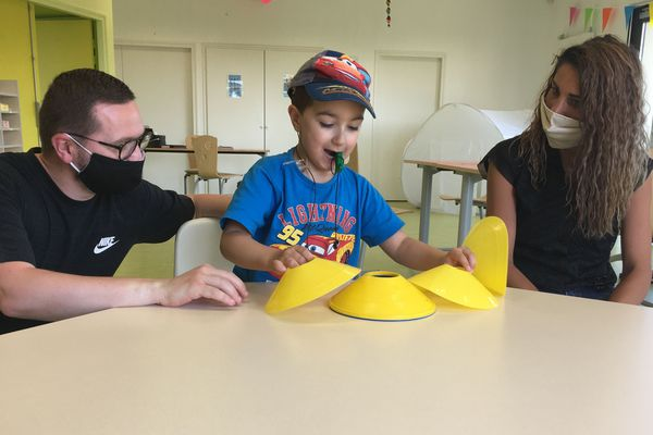 Des conseillers techniques du handicap et des professionnels s'occupent des enfants pendant quelques heures, le temps pour les parents de faire une pause et de retrouver des moments pour eux.