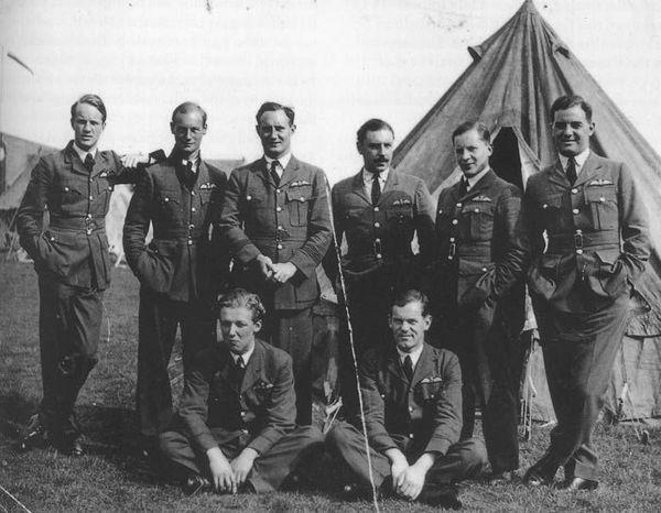 Les pilotes du 56 Squadron au début de la Seconde Guerre Mondiale : John Hunter Coghlan est debout, en 3e position en partant de la droite.