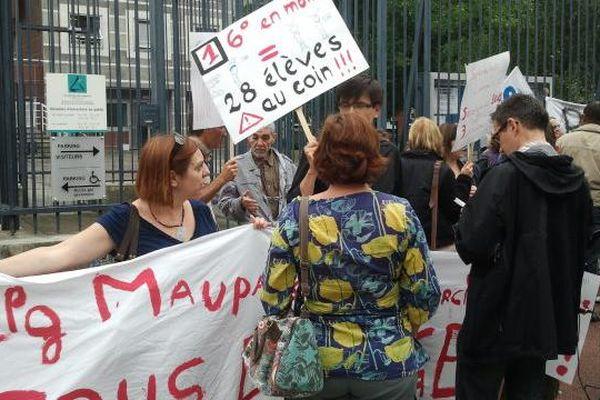Des parents d'élèves se mobilisent alors que se tient le Comité Technique Paritaire au Rectorat de Limoges.