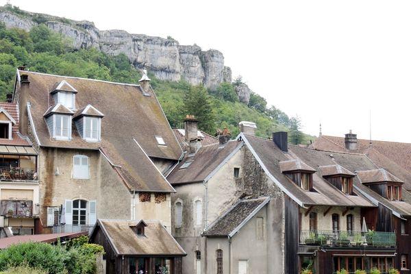 Les maisons anciennes d'Ornans (Jura), au bord de la Loue, ville où naquit Gustave Courbet il y a 200 ans.