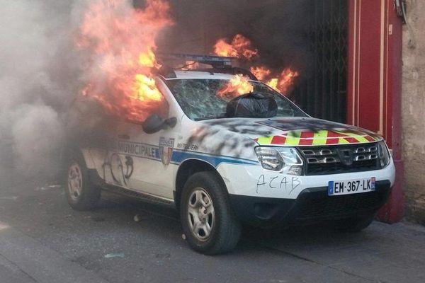 La voiture de police municipale incendiée lors de la manifestation à Montpellier, le 7 septembre