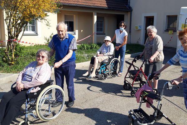 Une vingtaine de personnes âgées résident à Marpa d'Amancey (Doubs). Ils ont de nombreux moments festifs et collectifs, mais aussi leur propre logement.