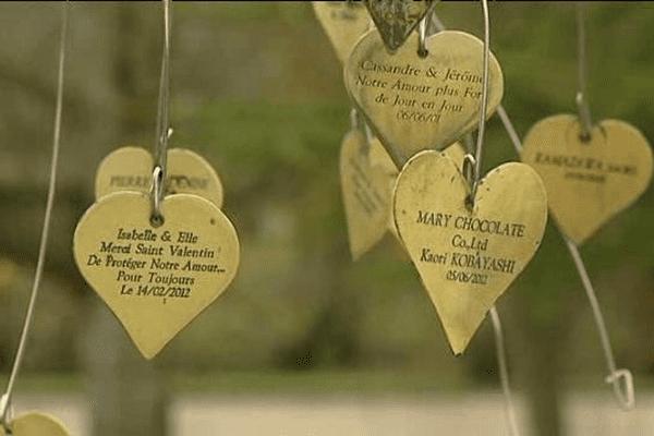 L'arbre à Coeurs dans le jardin des amoureux du village de Saint Valentin  dans l'Indre