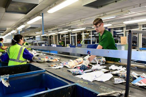 Les centres de tri ont réceptionné de nombreux masques et autres déchets sanitaires depuis la crise du coronavirus.