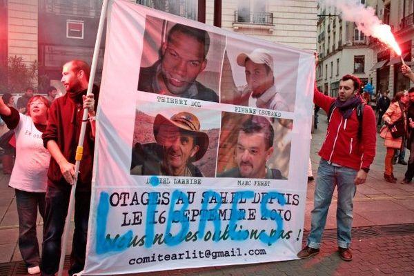 Manifestation place Royale à Nantes le 2 novembre 2013 comme tous les premiers samedis du mois pour les otages d'Arlit mais cette fois pour fêter la libération le 29 octobre de Marc Feret, Thierry Dol, Pierre Legrand et Daniel Larribe qui avaient été kidnappés par Al-Qaida au Maghreb islamique le 16 septembre 2010 au Niger