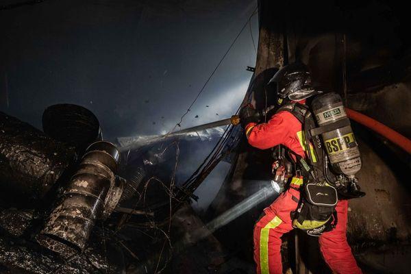 Environ 70 sapeurs-pompiers ont été mobilisés pour éteindre l'incendie.