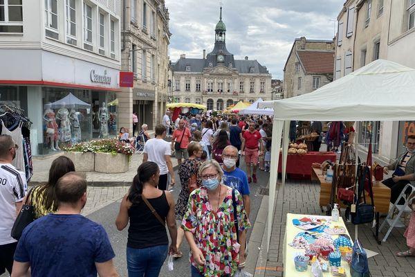 Les aller-venus n'ont pas cessé rue Victoire de la Marne face à la mairie de Chaumont, ce samedi 10 juillet 2021.