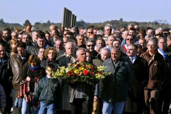 En 2002, forte mobilisation à Montredon autour du viticulteur Jean-Luc Granier qui dépose une gerbe pour les deux victimes de 1976.