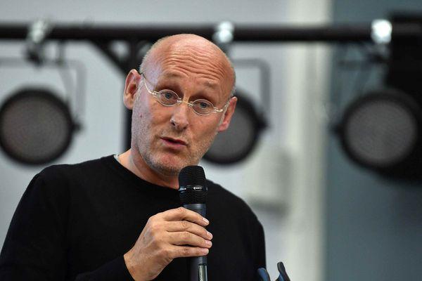Bernard Laporte, ancien sélectionneur de l'équipe de France de rugby en campagne pour la présidence de la Fédération