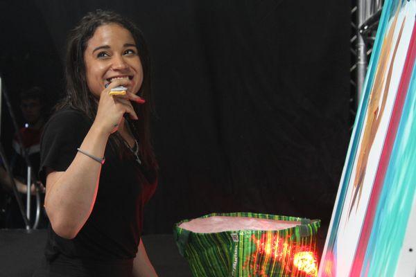 Pikanoa lors de son live painting, sur la scène de l'Orléans Game Show.