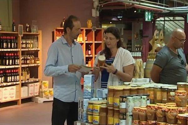 Des touristes venus acheter des produits locaux de la région dans une boutique du Grau-du-Roi, dans le Gard - août 2016