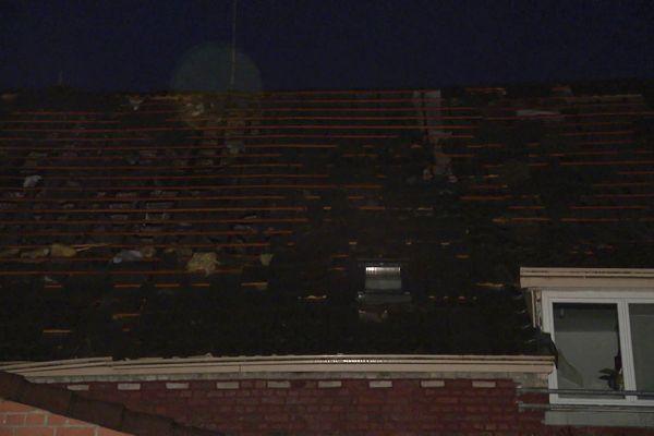 Une partie de la toiture a été endommagée par la foudre.