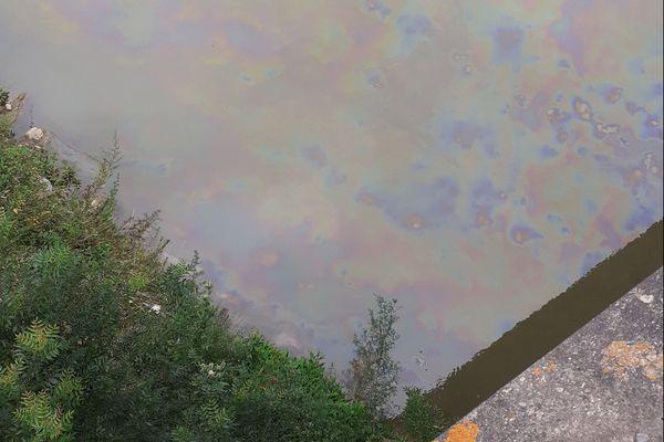 Des traces d'hydrocarbure irrisent le cours d'eau Hers (commune de l'Union, près de Toulouse)