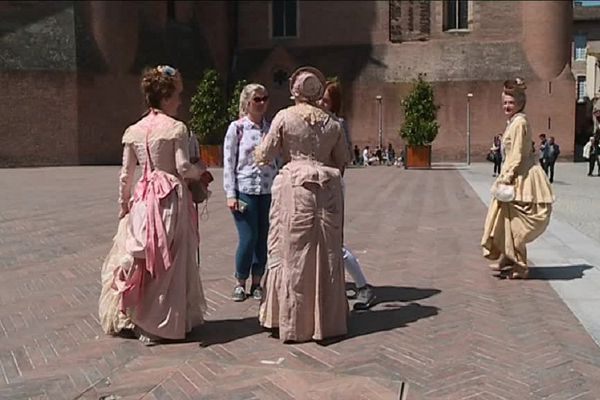 Au pied de la Cathédrale d'Albi, les figurants en costumes d'époque.